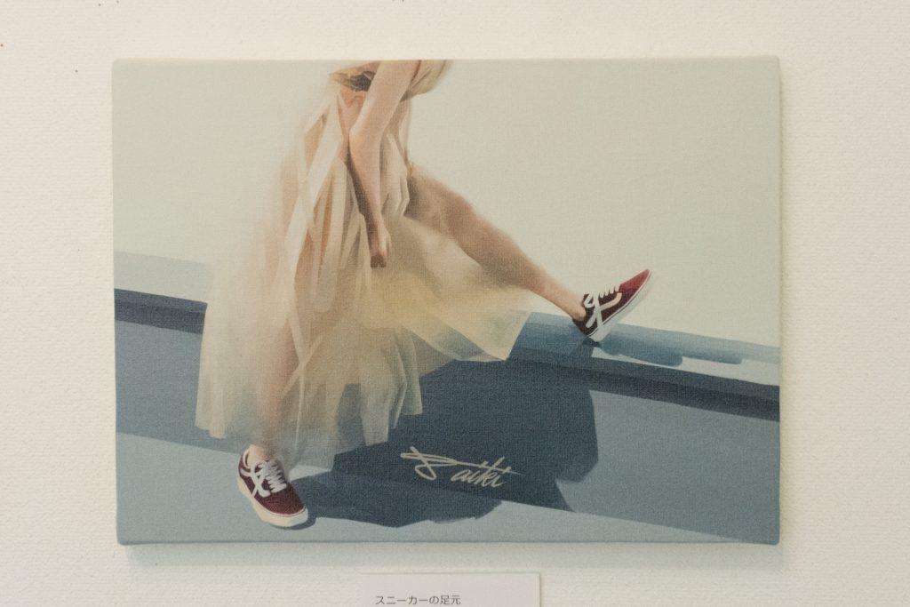 コサカダイキ個展「きょせい【虚勢】」スニーカーの足元 デジタルペイント